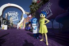 """Personagens """"Alegria"""" e """"Tristeza"""", em lançamento do filme """"Divertida Mente"""" em Hollywood.  8/6/2015.   REUTERS/Mario Anzuoni"""