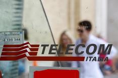 Telecom Italia devrait lever jusqu'à 875 millions d'euros par le biais de l'introduction en Bourse de sa filiale antennes Inwit, dont la mise à prix se fera à raison de 3,65 euros par action. /Photo prise le 28 août 2014/REUTERS/Max Rossi