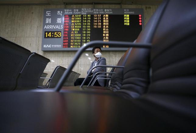 6月18日、菅官房長官は、韓国でMERS監視対象となっていた計6人が日本に入国していたことを明らかにした。ソウルの空港で、17日撮影(2015年 ロイター/Kim Hong-Ji)