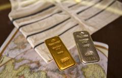Слитки золота на выставке коллекции Ротшильдов в Мадриде. 5 июня 2015 года. Цены на золото растут за счет снижения курса доллара после объявления итогов совещания ФРС. REUTERS/Andrea Comas
