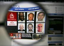 Página da Interpol na Internet com rostos de procurados por suspeita de corrupção na Fifa. 03/06/2015 REUTERS/Pawel Kopczynski