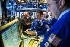 Operadores trabajando en la Bolsa de Nueva York, 17 de junio de 2015. Las acciones en Estados Unidos subían en los primeros negocios del jueves, un día después de que la Reserva Federal sugirió que el ritmo de las alzas de las tasas de interés del país será más lento del que se esperaba. REUTERS/Lucas Jackson