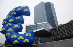 Una figura inflada del euro afuera de la nueva sede del Banco Central Europeo, en Fráncfort, 22 de enero de 2015. El Banco Central Europeo dijo el jueves que se espera que la economía de la zona euro siga recuperándose, aunque el panorama de una reactivación del crecimiento potencial sigue débil. REUTERS/Kai Pfaffenbach