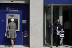 Les retraits des banques grecques s'accélèrent depuis le blocage le week-end dernier des négociations entre Athènes et ses créanciers, selon des sources bancaires. Les déposants ont retiré deux milliards d'euros sur les trois premiers jours de la semaine, soit environ 1,5% du montant total des comptes des banques du pays. /Photo prise le 15 juin 2015/REUTERS/Alkis Konstantinidis