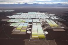 Vista aérea de los salares y las plantas de procesamiento de la mina de litio de SQM, en el desierto de Atacama, Chile, 10 de enero de 2013. Las acciones de la chilena SQM se derrumbaban más de un 10 por ciento el jueves, luego de reportes que aseguraron que la empresa enfrentaría el término anticipado de una concesión minera clave por una disputa que mantiene con el Estado. REUTERS/Ivan Alvarado