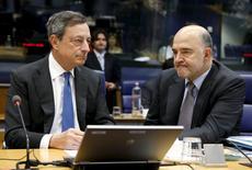 El presidente del BCE, Mario Draghi, junto al comisario europeo de Asuntos Económicos y Monetarios, Pierre Moscovici (derecha), durante una reunión de ministros de Finanzas de la zona euro, en Luxemburgo, 18 de junio de 2015. A todos nos interesa que Grecia permanezca en la zona euro pero Atenas está llegando al final del juego, dijo el comisario económico del bloque, Pierre Moscovici, en una conferencia de prensa el jueves. REUTERS/Francois Lenoir