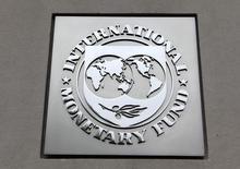 El logo del Fondo Monetario Internacional, en su sede en Washington, 18 de abril de 2013. El Fondo Monetario Internacional dijo el jueves que la zona euro está en camino de la recuperación, impulsada por una moneda más débil, los bajos precios del petróleo y una política monetaria expansiva del Banco Central Europeo. REUTERS/Yuri Gripas