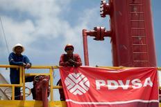 Unos trabajadores en una refinería de PDVSA en Morichal, Venezuela, jul 28 2011. Las petroleras Exxon Mobil y Petróleos de Venezuela (PDVSA) acordaron vender su refinería Chalmette, en Estados Unidos, a la estadounidense PBF Energy por unos 322 millones de dólares.   REUTERS/Carlos Garcia Rawlins