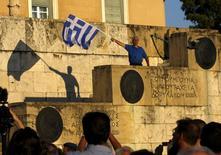 Plusieurs milliers de manifestants se sont réunis jeudi à Athènes pour clamer leur attachement à l'Europe et à la monnaie unique. Un sommet d'urgence, prévu lundi, a été décidé dans la foulée d'un nouvel échec des discussions, jeudi, entre la Grèce et ses créanciers internationaux. Les dirigeants de la zone euro tâcheront lundi de trouver le moyen d'éviter à la Grèce de faire défaut. /Photo prise le 18 juin 2015/REUTERS/Yannis Behrakis