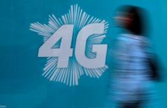 Le ministère de l'Economie a annoncé vendredi que la vente aux opérateurs mobiles des fréquences de la bande 700 MHz, actuellement utilisée par l'audiovisuel, se ferait avant la fin de l'année 2015. /Photo d'archives/REUTERS/Eric Gaillard
