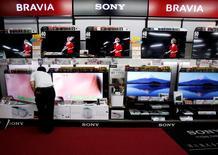 Sony et Panasonic continueront de fabriquer des téléviseurs, même si cela leur a déjà coûté beaucoup d'argent, estimant que déserter les appartements des consommateurs les priverait de perspectives plus prometteuses. Les téléviseur, qui représentent désormais un pourcentage du chiffre d'affaires moindre pour ces deux groupes, figurent parmi leurs produits les plus connus. /Photo d'archives/REUTERS/Yuya Shino