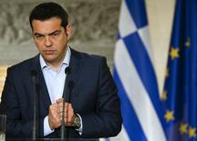 Премьер-министр Греции Алексис Ципрас на пресс-конференции в Афинах 17 июня 2015 года. Решение греческого долгового кризиса будет найдено, и это позволит стране вернуться к росту экономики, при этом оставшись в зоне евро, говорится в заявлении премьер-министра Греции Алексиса Ципраса, распространенном в пятницу. REUTERS/Paul Hanna