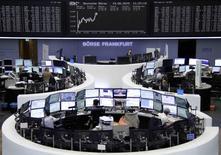 Les Bourses européennes progressent vendredi à la mi-séance, les valeurs françaises des télécoms et de l'automobile soutenant la tendance en dépit de l'incertitude persistante autour de la crise grecque et Wall Street devrait poursuivre sur son élan haussier de la veille. Vers 13h00, le CAC 40 avance de 1,30% à Paris et à Francfort, le Dax progresse de 1,21%. /Photo prise le 19 juin 2015/REUTERS/Stringer