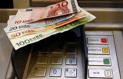 Les ministres des Finances de l'Union européenne ont abouti à un accord vendredi sur un projet de directive visant à encadrer les activités des banques pour limiter les risques systémiques, un texte dont seront exemptés les établissements financiers britanniques déjà soumis à des règles comparables. /Photo d'archives/REUTERS/Fabrizio Bensch