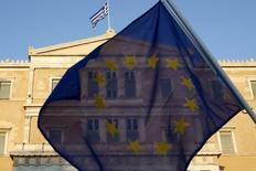 Un manifestante sostiene una bandera de la Unión Europea frente al Parlamento griego en Atenas, jun 18 2015. Los ministros de Finanzas de la zona euro discutirán cómo abordar una cesación de pagos de Grecia en un encuentro el lunes si no reciben nuevas propuestas en las negociaciones que apuntan a lograr un acuerdo de más financiación a cambio de reformas, dijeron funcionarios de la Unión Europea.  REUTERS/Yannis Behrakis