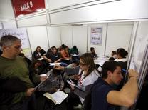 Pessoas completando formulários enquanto buscam por emprego, em São Paulo.  11/05/2015     REUTERS/Paulo Whitaker