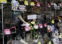 Una persona arreglando una vitrina en una tienda en Ciudad de México, nov 21 2014. El consumo privado en México ganó ritmo en el primer trimestre al crecer un 1.2 por ciento entre enero y marzo contra el trimestre inmediato anterior, dijo el viernes el instituto de estadísticas.  REUTERS/Carlos Jasso