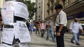 Una persona observa anuncios de empleo en una calle de Sao Paulo, mar 19 2015. La economía de Brasil perdió la cifra neta de 115.599 empleos en mayo, informó el viernes el Ministerio de Trabajo, en un dato que frustró las expectativas de un ritmo más lento de despidos en la mayor economía de América Latina a medida que se encamina a una probable recesión. REUTERS/Paulo Whitaker