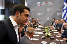 Le Premier ministre grec Alexis Tsipras à son arrivée à Saint-Pétersbourg pour une rencontre avec Vladimir Poutine, qui s'est dit prêt à examiner une demande d'aide de la Grèce. Les ministres des Finances de la zone euro réfléchiront certainement lundi au scénario d'un défaut de la Grèce sur sa dette si cette dernière ne présente pas d'ici là de nouvelles propositions de réformes, selon des responsables européens. /Photo prise le 19 juin 2015/REUTERS/Grigory Dukor