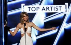 Apple va modifier sa politique de rémunération des artistes sur son nouveau service d'écoute en streaming Apple Music que dénonçait Taylor Swift. Ce nouveau service, annoncé le 7 juin, est proposé gratuitement à l'essai pendant trois mois, période pendant laquelle la firme avait initialement décidé de ne verser aucune rémunération aux artistes. /Photo prise le 17 mai 2015/REUTERS/Mario Anzuoni
