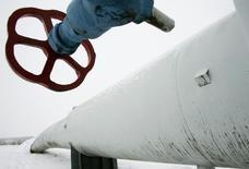Труба на газовой компрессорной станции в Боярке под Киевом 4 января 2009 года. Стоимость новой программы обеспечения Украины газом зимой может оставить около $1,5 миллиарда, говорится в немецком протоколе заседания Совета Евросоюза. REUTERS/Konstantin Chernichkin