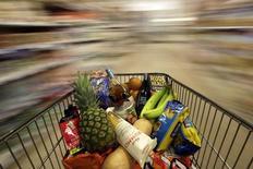 Un carrito de compras, fotografiado en un supermercado en Londres, 19 de mayo de 2015. La confianza de los consumidores de la zona euro se mantuvo sin cambios en junio, según estadísticas difundidas el lunes. REUTERS/Stefan Wermuth