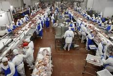 Trabalhadores em abatedouro do grupo Marfrig em Promissão, em São Paulo.   07/10/2011      REUTERS/Paulo Whitaker