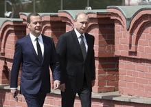 Presidente russo, Vladimir Putin (direita) caminha ao lado do primeiro-ministro do país, Dmitry Medvedev, para participar de uma cerimônia na Tumba do Soldado Desconhecido, em Moscou. 22/06/2015 REUTERS/Ekaterina Shtukina/RIA Novosti