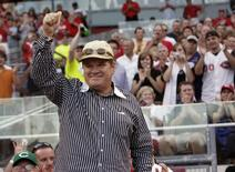 Former Cincinnati Reds player and manager Pete Rose waves to the crowd during the 5th inning of play against the St. Louis Cardinals in their MLB baseball game at Great American Ball Park in Cincinnati, Ohio, June 10, 2008.  REUTERS/John Sommers