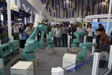 La actividad fabril de China mostró algunas señales de estabilización en junio, aunque se contrajo por cuarto mes consecutivo, según un sondeo privado preliminar, lo que sugiere que podrían necesitarse más medidas de estímulo para respaldar a la segunda mayor economía mundial. En la imagen, varios robots industriales de Foxconn durante una exhibición en Guiyang, en la provincia de Guizhou, en una fotografía de mayo de 2015.  REUTERS/China Daily/Files