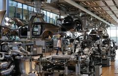 El sector privado alemán creció a un ritmo más rápido en junio que en el mes anterior, según un sondeo publicado el martes, lo que sugiere que la mayor economía de la zona euro se expandió a una tasa del 0,3 por ciento entre abril y junio ya que acabó el trimestre con unos sólidos cimientos. En la imagen, varios trabajadores en una planta de Volkswagen AG en Dresde el 14 de mayo de 2013. REUTERS/Fabrizio Bensch