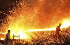 Funcionários trabalham em usina siderúrgica, em Dalian, China. 16/03/2015 REUTERS/China Daily/Files