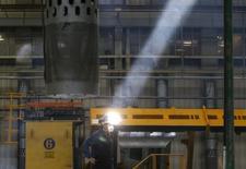 Un empleado trabaja en la línea de producción de partes para un modelo de tren de alta velocidad, en la fábrica de trenes Tangshan Railway Vehicle, en Tangshan, provincia de Hebei, 11 de febrero de 2015. El resurgimiento de la actividad económica en Francia ayudó a las empresas de la zona euro a expandirse a su ritmo más veloz en cuatro años este mes, en la señal más clara hasta el momento de que el estímulo del Banco Central Europeo está impulsando una sólida recuperación en la región. REUTERS/Kim Kyung-Hoon