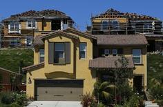Maison en construction à Carlsbad, en Californie. Les ventes de logements individuels neufs aux Etats-Unis ont atteint en mai un pic de plus de sept ans qui confirme l'embellie sur le marché de l'immobilier. /Photo d'archives/REUTERS/Mike Blake