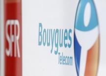 Le ministre de l'Economie, Emmanuel Macron, a déclaré mardi que le gouvernement allait étudier de près l'offre de rachat de Bouygues Telecom par Numericable-SFR et que l'Etat avait un rôle à jouer dans ce porjet. /Photo prise le 23 juin 2015/REUTERS/Christian Hartmann