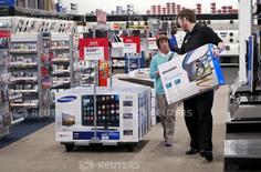 Un empleado ayuda a un cliente, llevando un televisor en la tienda Best Buy, en Denver, 14 de mayo de 2015. Una medición de los planes de inversión de las compañías estadounidenses subió en mayo, en una señal incipiente de la estabilización del sector de manufacturas, que se ha mostrado débil desde el verano boreal del 2014. REUTERS/Rick Wilking