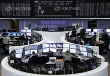 Помещение фондовой биржи во Франкфурте-на-Майне. 24 июня 2015 года. Европейские фондовые рынки разнонаправленны, продолжая следить за ситуацией в Греции, а котировки французских телекоммуникационных компаний снижаются. REUTERS/Stringer