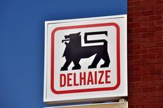 Le distributeur néerlandais Ahold et le belge Delhaize ont annoncé mercredi leur fusion, une opération intégralement en actions qui permettra aux actionnaires du premier de détenir 61% du nouvel ensemble. /Photo prise le 24 juin 2015/REUTERS/Eric Vidal