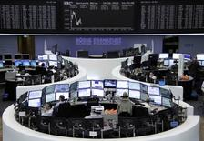 A l'exception de Londres, les Bourses européennes évoluent dans le rouge à la mi-séance, mercredi, effaçant leurs gains du début de la semaine avec un regain d'inquiétude sur les discussions entre la Grèce et ses créanciers et le plongeon des valeurs télécoms.  A 13h20, le CAC 40 cédait 0,15% à Paris, le Dax abandonnait 0,77% à Francfort, alors que le FTSE progressait de 0,38% à Londres. /Photo pris ele 24 juin 2015/REUTERS