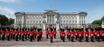 Guardsmen stand to attention in front of Buckingham Palace during the State Opening of Parliament in central London, Britain, May 27, 2015.  REUTERS/Peter Nicholls