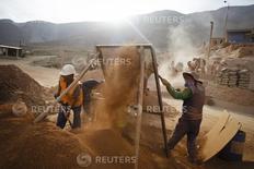 Trabajadores de la compañía minera Aurelsa, cuelan las piedras que contienen material de oro, en la planta de procesamiento de la compañía, en Relave, una villa minera en la provincia de Parinacochas, en Ayacucho, Perú, 20 de febrero de 2014. La producción ilegal de oro en Perú ha remontado este año, luego de que el Gobierno relajó las duras medidas que había aplicado para combatir esta actividad en una región amazónica, creando un escenario para una posible recuperación de su clave exportación minera. REUTERS/ Enrique Castro-Mendivil