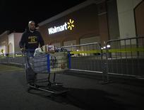 Homem empurrando carrinho em filial do Wal-Mart, em Nova Jersey.   22/11/2012  REUTERS/Eric Thayer