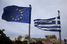Una bandera de la UE y una bandera griega ondean con el antiguo Partenón, en Atenas, 1 de junio de 2015. Al invocar una salida del euro por parte de Grecia como posible resultado de un eventual fracaso de las negociaciones de rescate, los gobiernos europeos han reescrito eficazmente un principio clave de la moneda común e incluso hasta para bien. REUTERS/Alkis Konstantinidis
