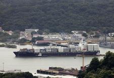Un barco carguero navegando por las aguas del Canal de Panamá, ago 14 2014. La actividad económica de Panamá se expandió un 2.06 por ciento en abril, respecto al mismo mes del año previo, empujado por sectores ligados al transporte, construcción, comunicaciones y minería, dijo el miércoles el Gobierno del país centroamericano. REUTERS/Rafael Ibarra