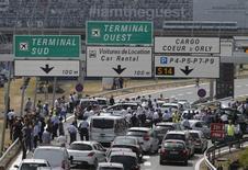 Manifestação de taxistas fecha acesso ao aeroporto de Orly, em Paris. 25/06/2015 REUTERS/Christian Hartmann