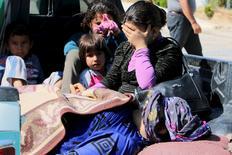 Civis, que segundo ativistas foram feridos por combatentes do Estado Islâmico em Kobani, aguardam para cruzar fronteira com a Turquia. 26/06/2015 REUTERS/Rodi Said