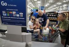 Una familia comprando en un supermercado Wal-Mart, en Bentonville, Arkansas, 4 de junio de 2015. El gasto del consumidor estadounidense registró su mayor aumento en casi seis años en mayo por la fortaleza de la demanda de autos y otros artículos costosos, en una nueva evidencia de que el crecimiento económico cobró impulso en el segundo trimestre. REUTERS/Rick Wilking