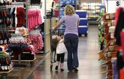 Les dépenses des ménages américains ont enregistré leur plus forte hausse en près de six ans en mai, grâce à une demande soutenue de voitures et autres articles coûteux, une nouvelle preuve de la reprise de la croissance au deuxième trimestre. /Photo d'archives/REUTERS/Rick Wilking
