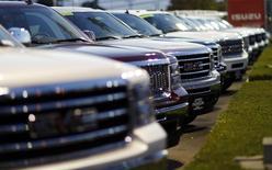 Imagen de archivo de vehículos de General Motors en una concesionaria en Pasadena, EEUU, abr 3 2013. General Motors Co (GM) dijo el jueves que incurrirá en un cargo de 600 millones de dólares en sus utilidades netas del segundo trimestre debido a un cambio en la forma en que contabiliza la moneda venezolana.   REUTERS/Mario Anzuoni