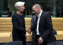 La directora gerente del Fondo Monetario Internacional, Christine Lagarde, se da la mano con el ministro de Finanzas griego, Yanis Varoufakis, durante una reunión en Bruselas, Bélgica, 25 de junio de 2015. Los acreedores internacionales de Grecia presentaron el jueves a los ministros de Finanzas de la zona euro su propia propuesta final de dinero a cambio de reformas, en un desafío a Atenas tras largas negociaciones que no consiguieron fraguar un plan común para evitar una inminente cesación de pagos. REUTERS/Philippe Wojazer